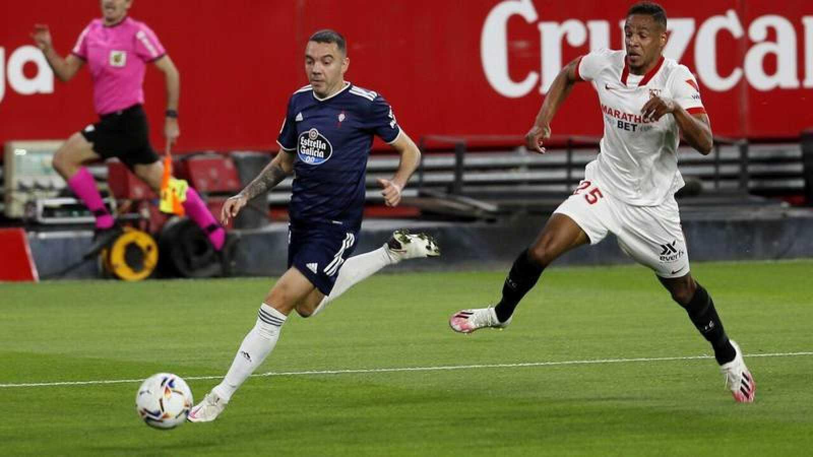 El centrocampista brasileño del Sevilla Fernando Francisco Reges y el delantero del Celta Nolito durante el encuentro