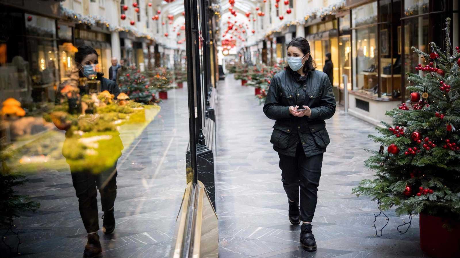 Una mujer camina en la galería comercial Burlington Arcade en Londres