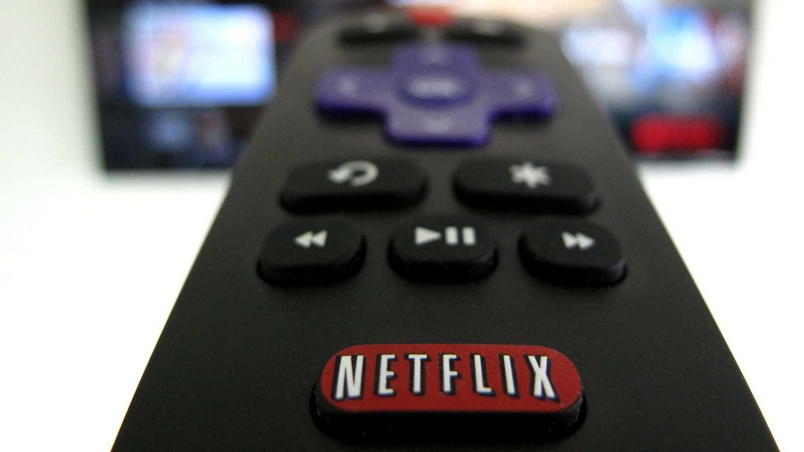 Mando de una televisión con el logotipo de Netflix