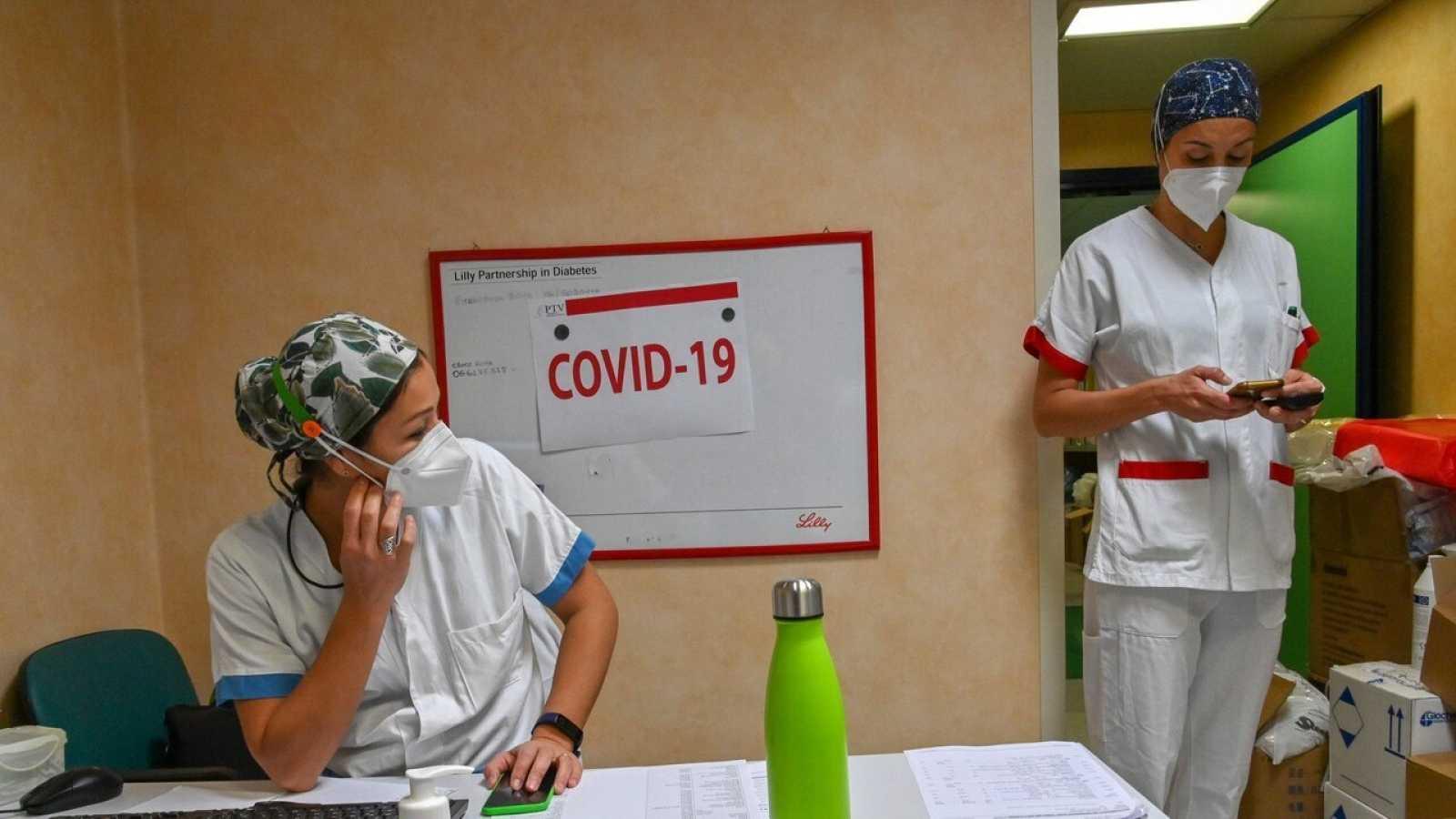 Enfermeras en la unidad de cuidados intensivos por COVID-19 del hospital Tor Vergata, en Roma (Italia). ANDREAS SOLARO / AFP