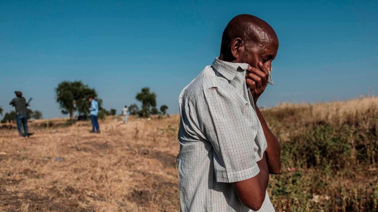 Un hombre llora a las afueras de Maikadra, Etiopía, por las víctimas de la masacre del 9 de noviembre