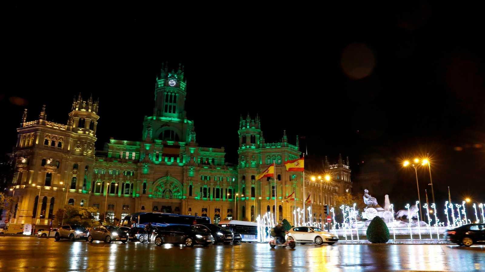 Vista del Palacio de Cibeles de Madrid, con una de las decoraciones luminosas de Navidad