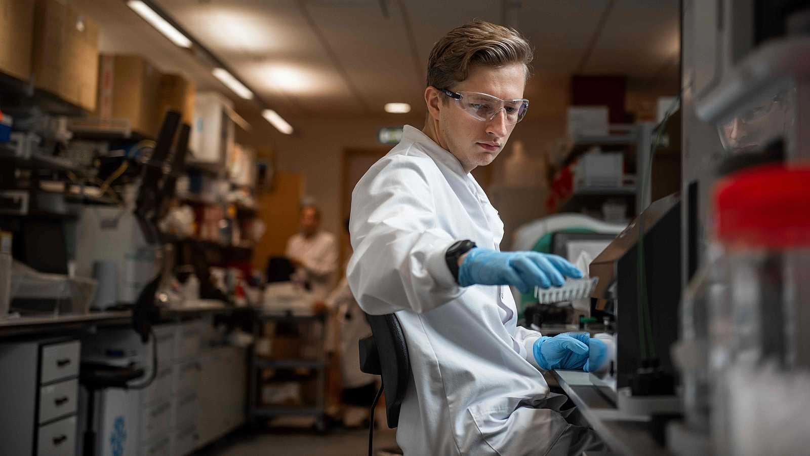 Un científico trabaja en el Instituto Jenner de Oxford, donde se ha desarrollado la vacuna.