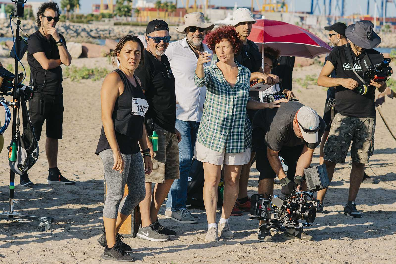 Icíar Bollaín y Candela Peña, en el rodaje de 'La boda de Rosa'