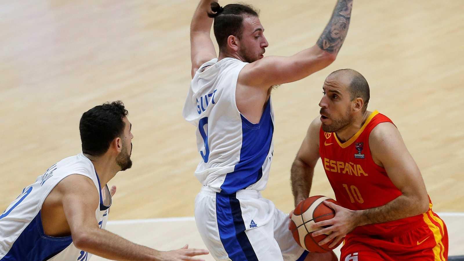 El jugador de la selección española, Quino Colom (d), conduce el balón ante la oposición de los jugadores de Israel