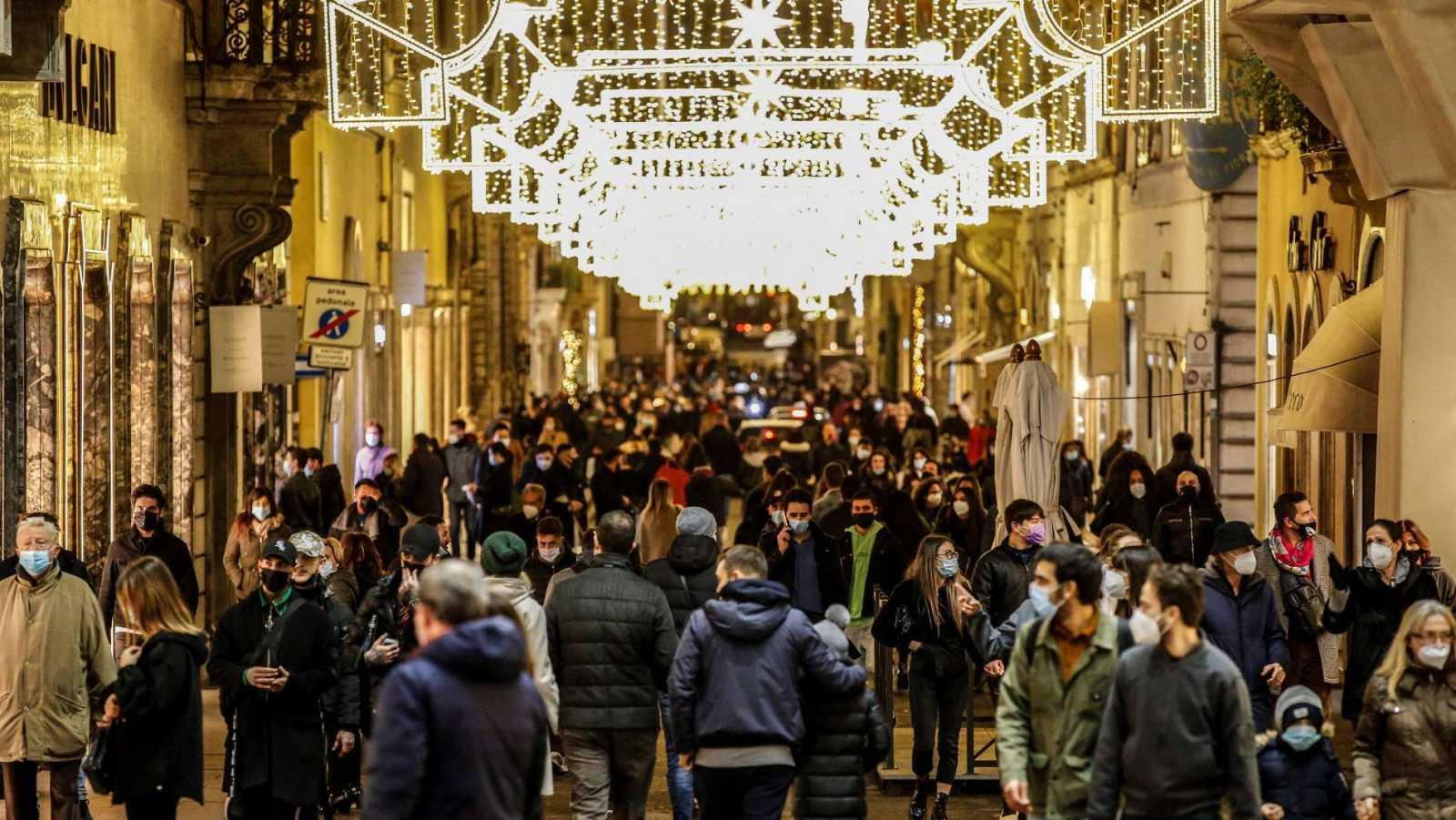 Aglomeraciones de gente este domingo en el centro de Roma