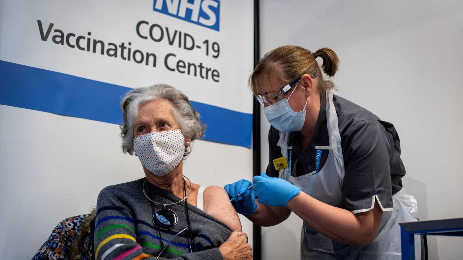 Una mujer recibe este martes la vacuna contra la COVID-19 de Pfizer en el Reino Unido