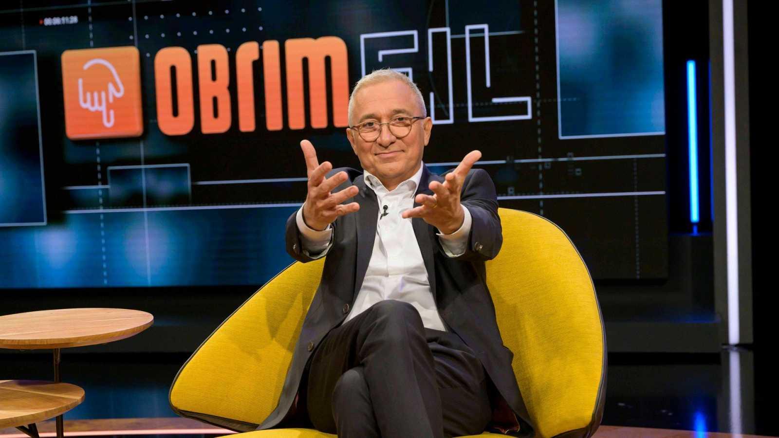 Xavier Sardà assegut a la butaca groga del plató derl programa