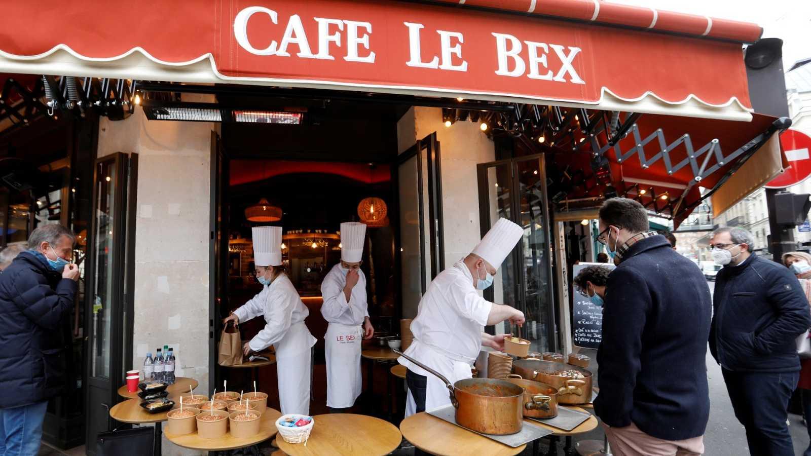 Un chef sirve comida en una calle de París