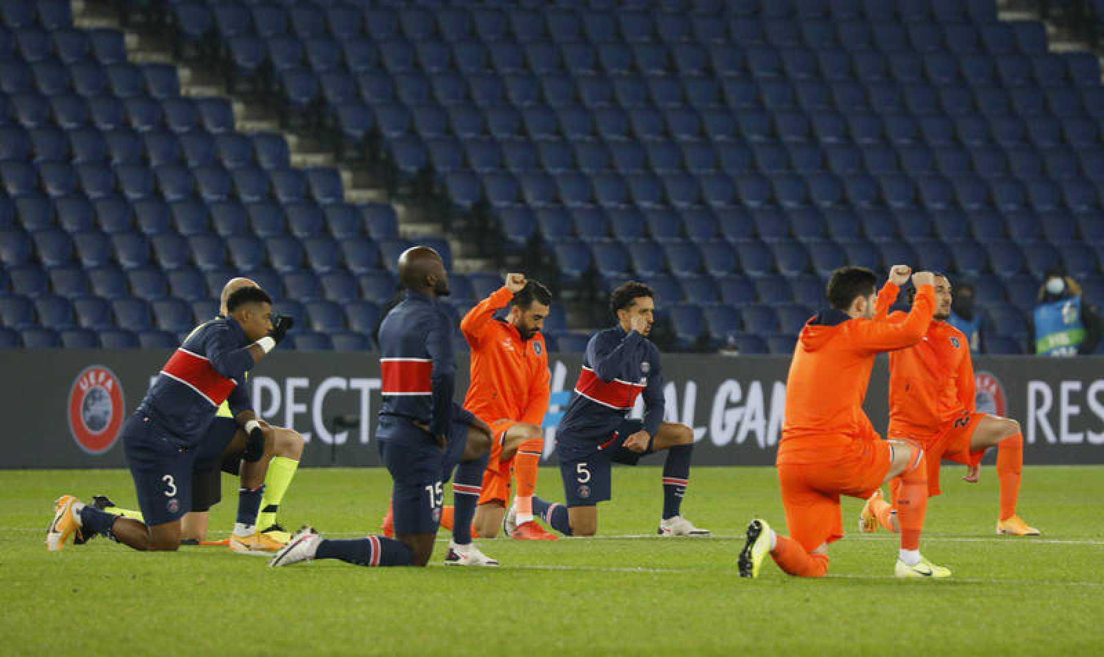Futbolistas del PSG y del Basaksehir Estambul, arrodillados antes del reinicio del partido