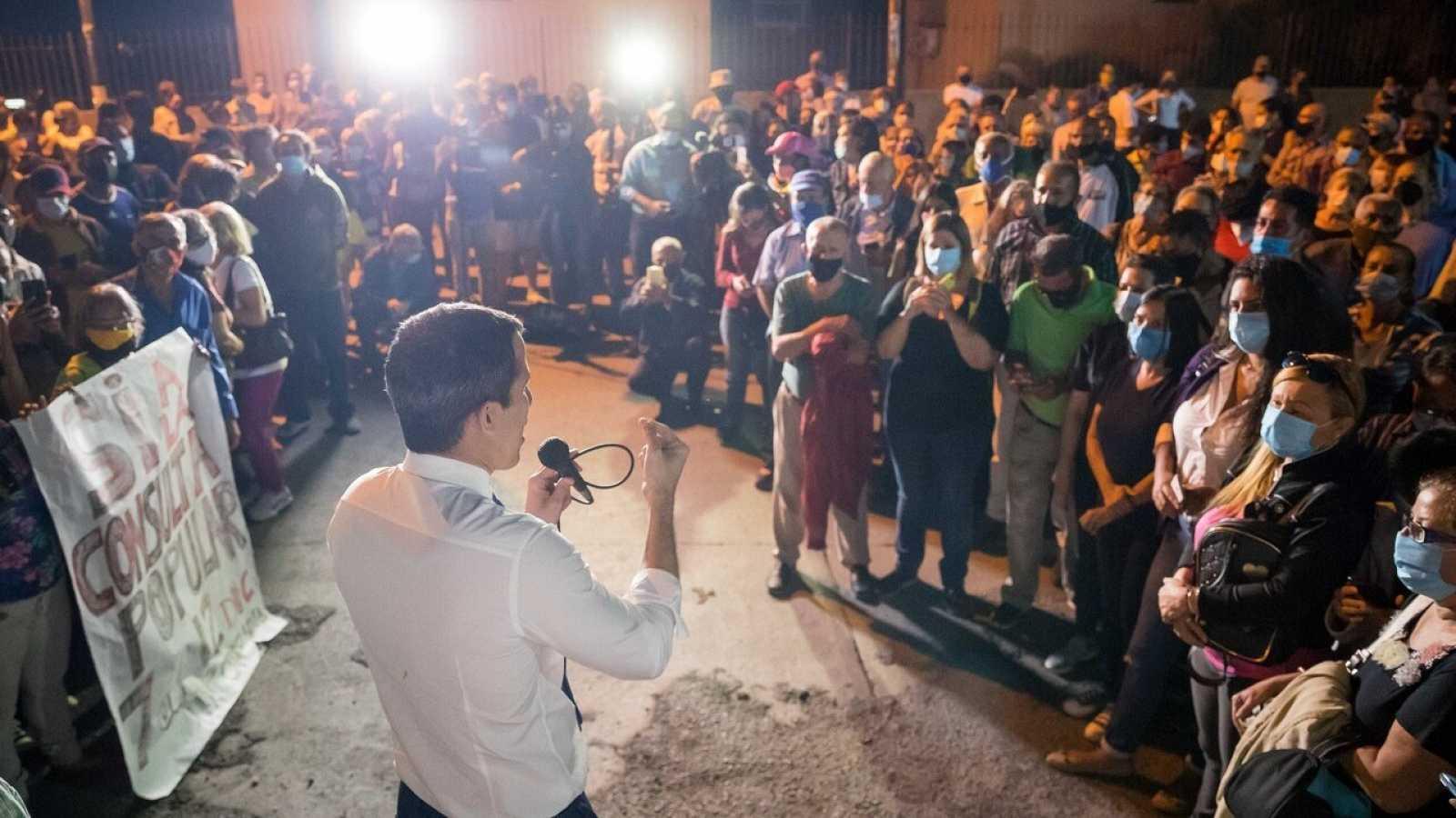 El líder opositor venezolano Juan Guaidó (c) sale a las calles para promover la consulta popular