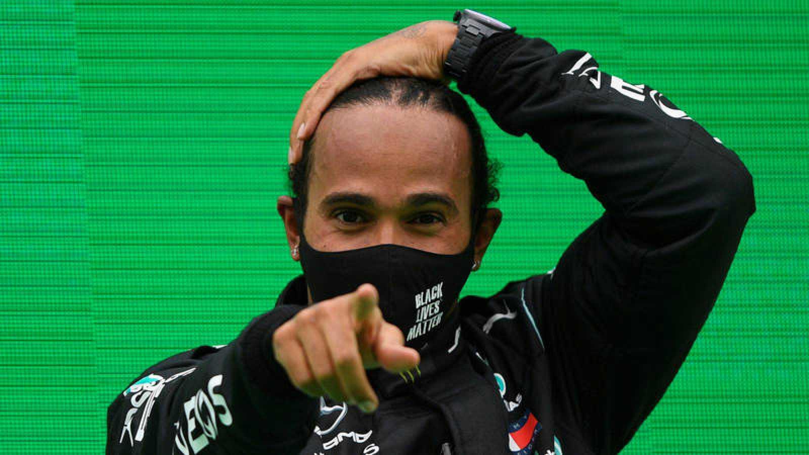 Lewis Hamilton señala con el dedo tras ganar una carrera
