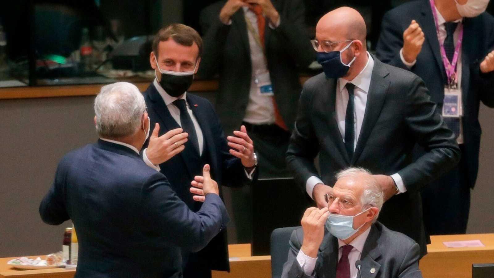 El presidente francés Emmanuel Macron (i), el presidente del CE Charles Michel (d) y el Alto Representante de la UE, Josep Borrell (a)