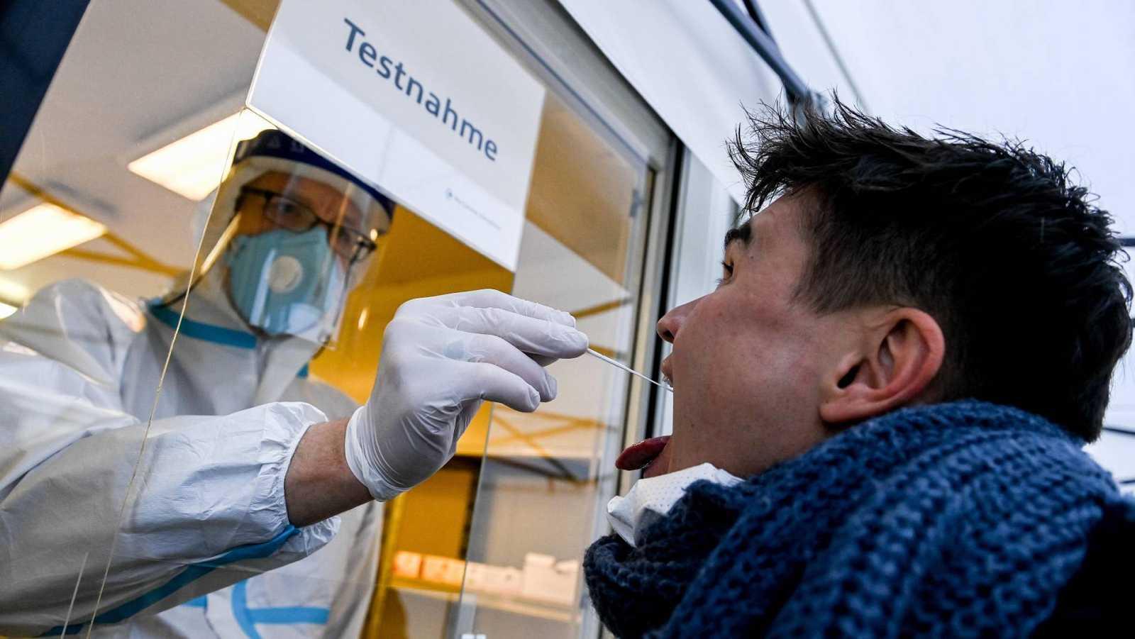 Un sanitario alemán hace una prueba de COVID-19 a un hombre en Berlín