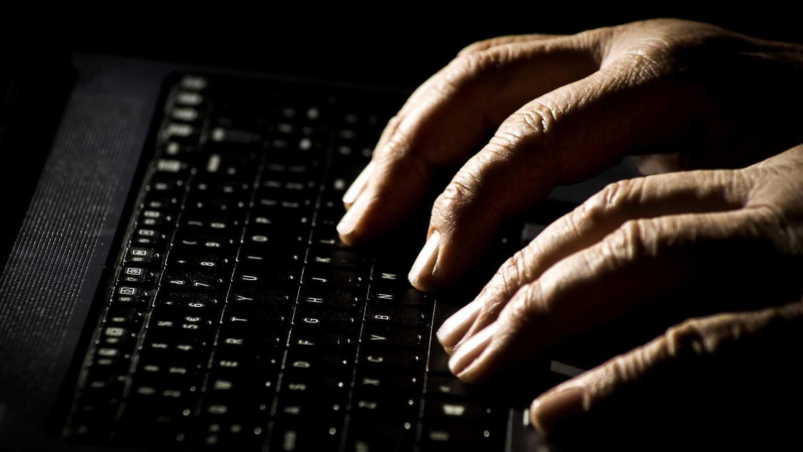 Una persona navega por internet en una fotografía de recurso