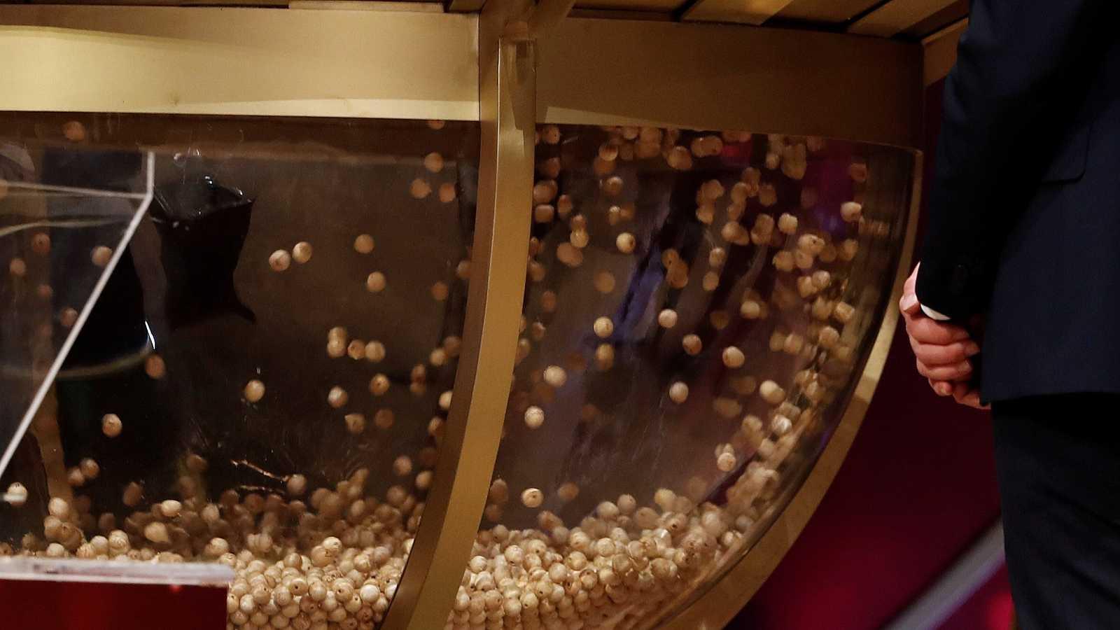 Volcado de las bolas en el bombo antes del inicio del Sorteo Extraordinario de la Lotería de Navidad