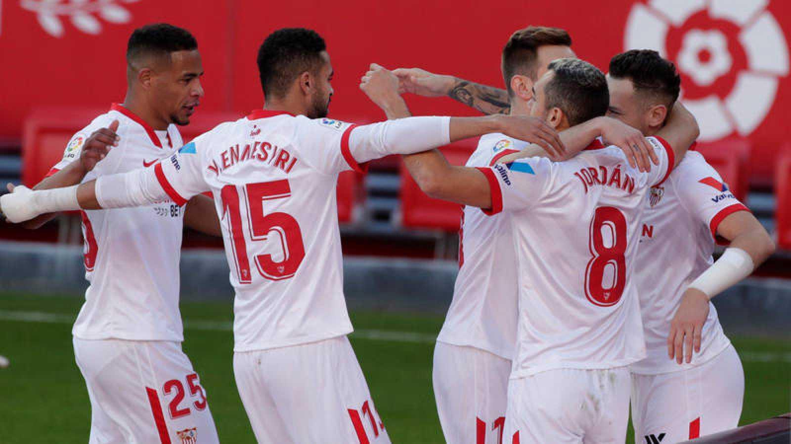 Los jugadores del Sevilla FC celebran uno de los goles al Villarreal