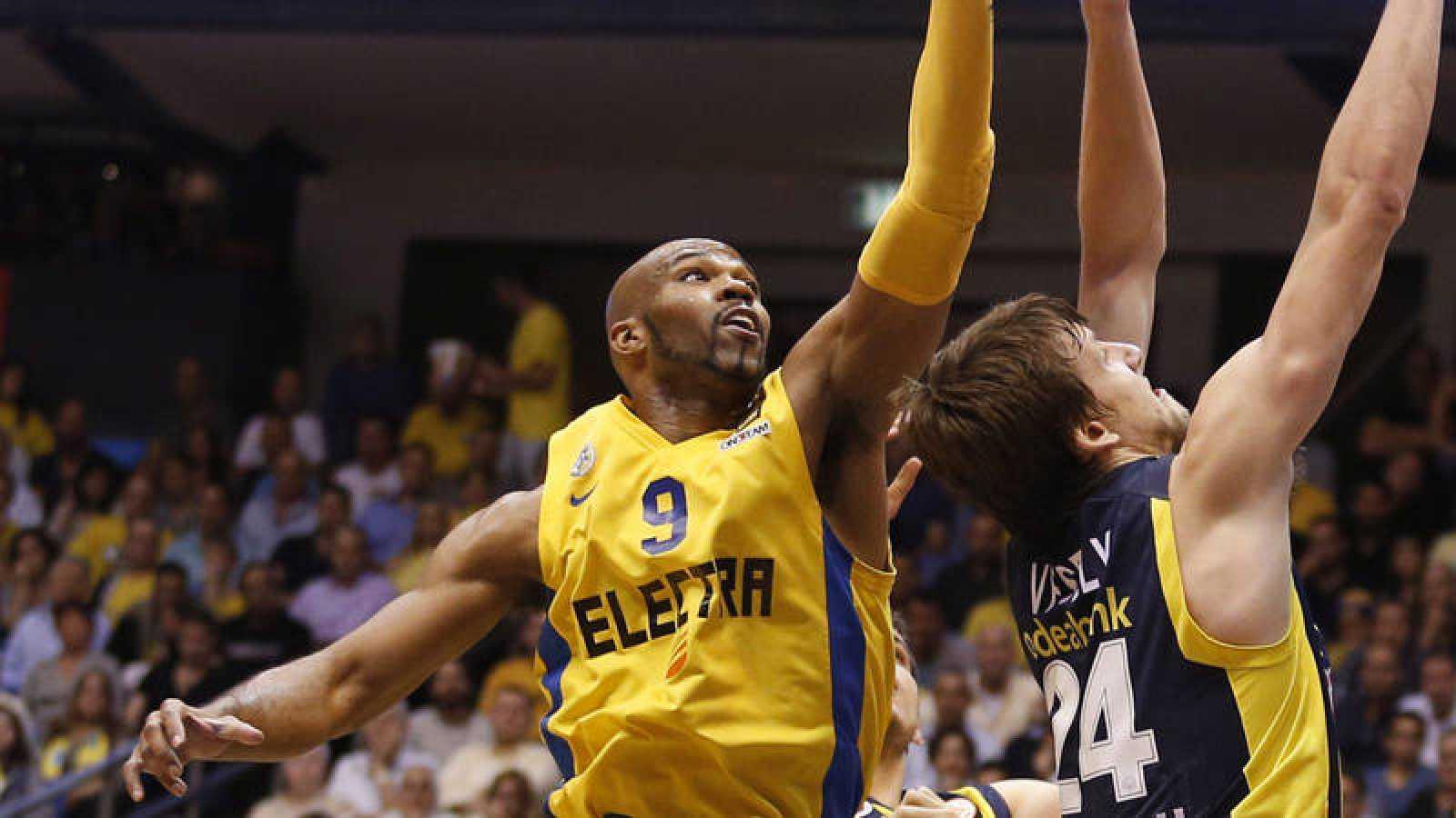 Tyus (i) salta por el balón en un partido del Maccabi