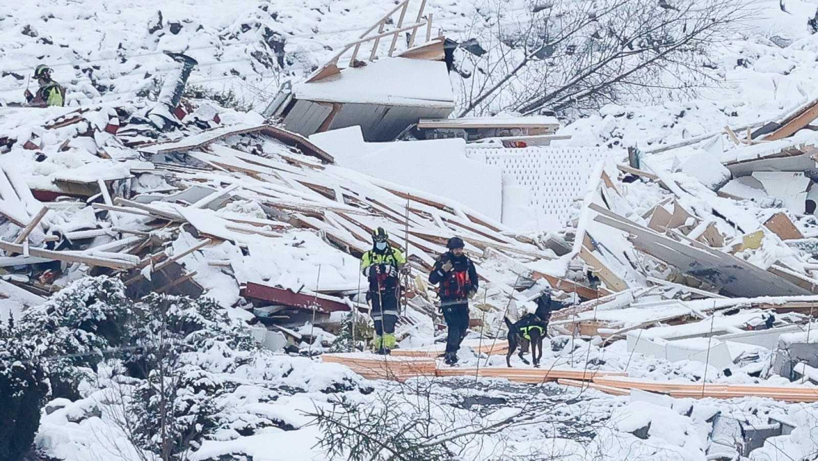 Equipos de rescate en la zona afectada por el corrimiento de tierras Ask en Gjerdrum, Noruega