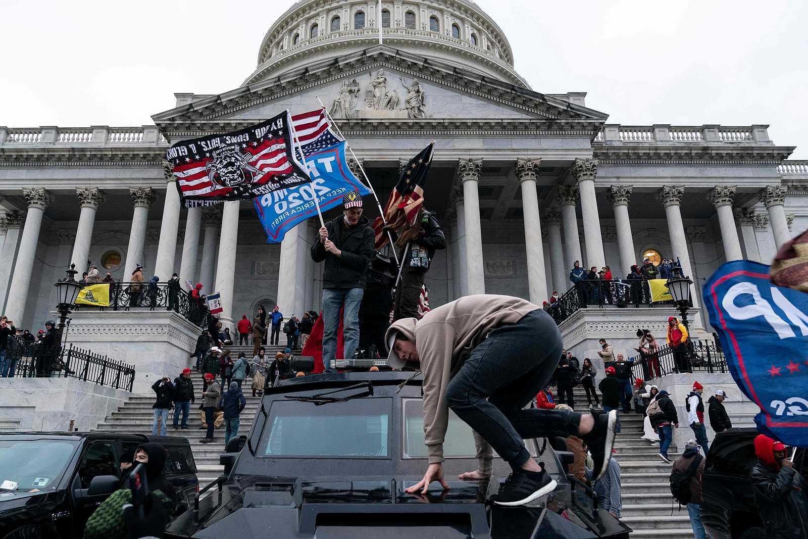 Seguidores del presidente Donald Trump protestan frente al Capitolio