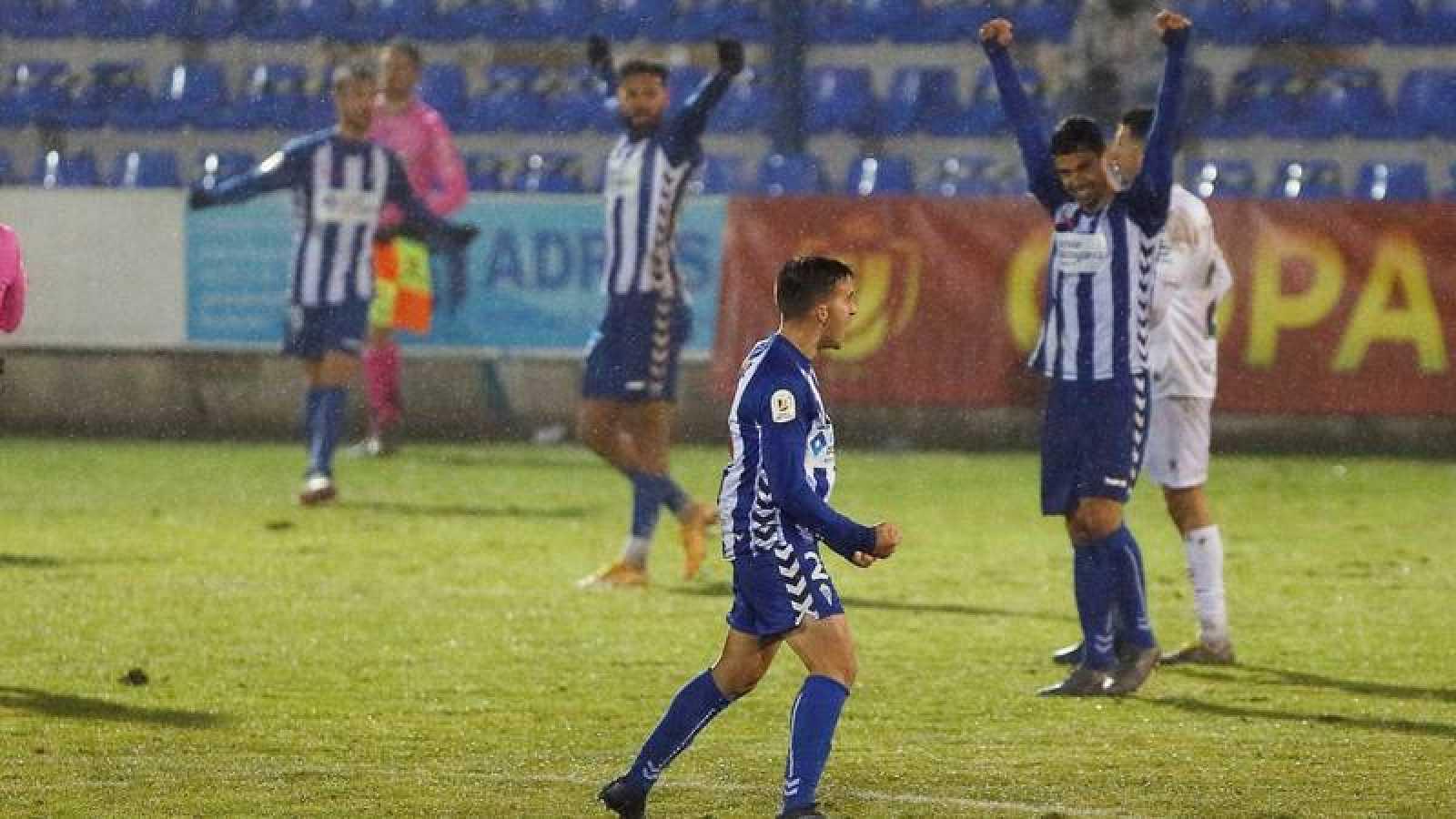 Los jugadores del Alcoyano celebran su victoria ante el Huesca en su encuentro correspondiente a la segunda ronda de la Copa del Rey.