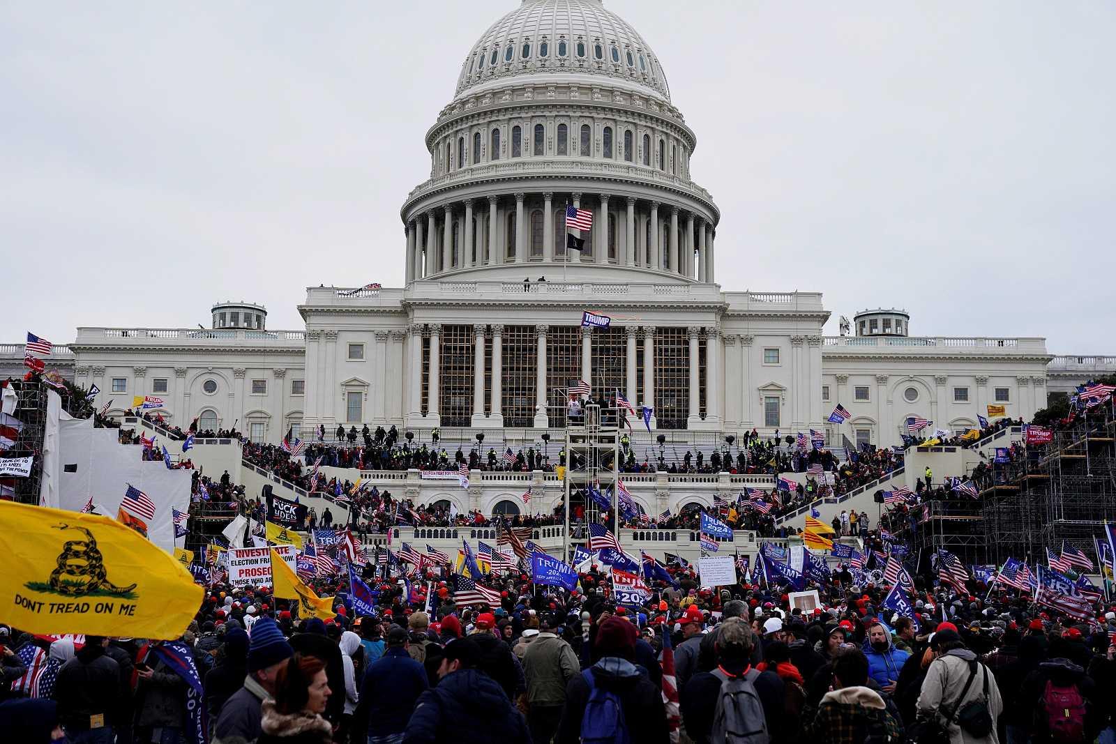 Seguidores de Donald Trump irrumpen durante unas protestas en los terrenos del Capitolio de Estados Unidos