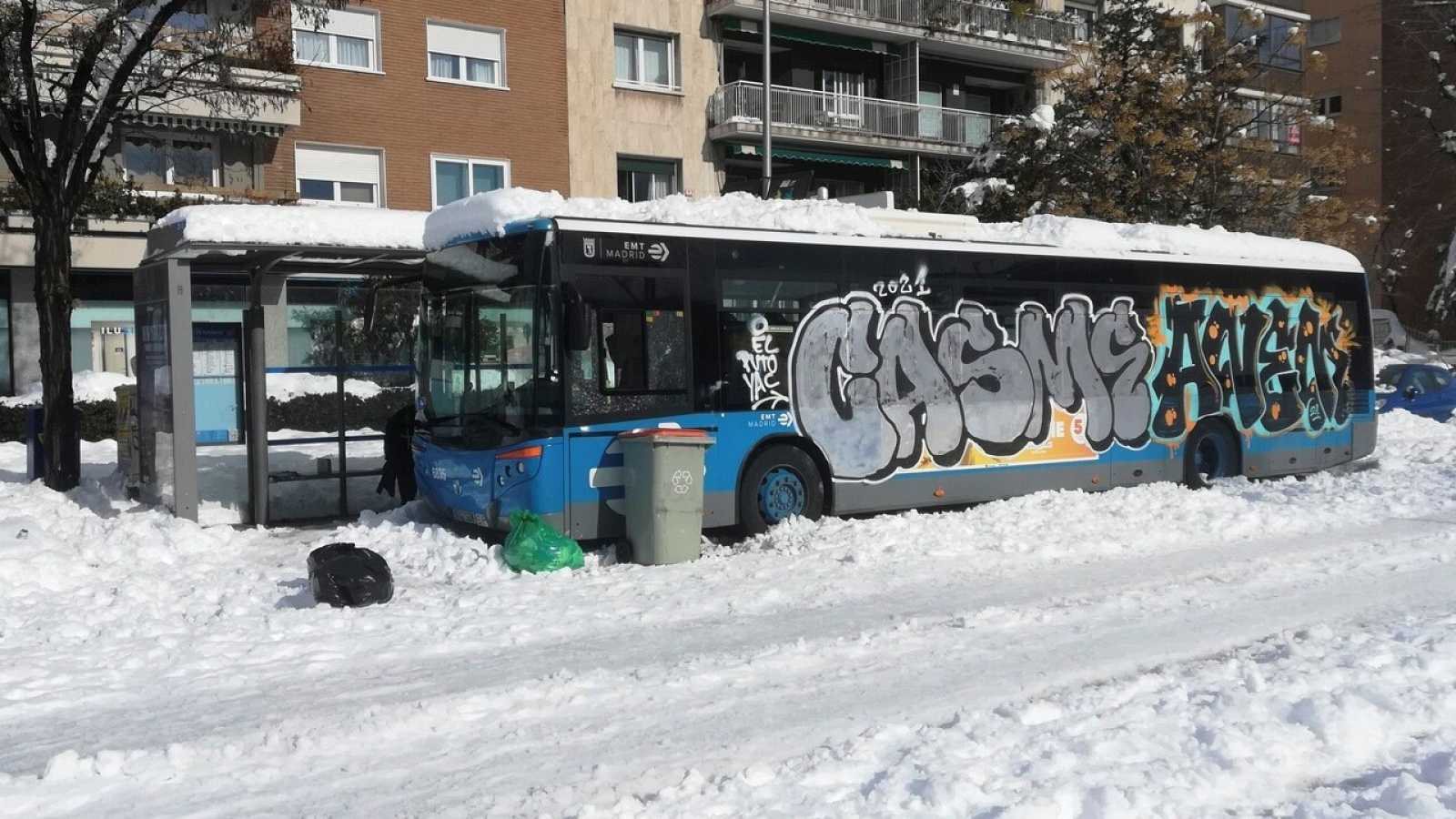 Un autobús de la EMT atrapado en la nieve en Madrid tras el paso de Filomena.  EFE/José Luís Fernández-Checa Roy