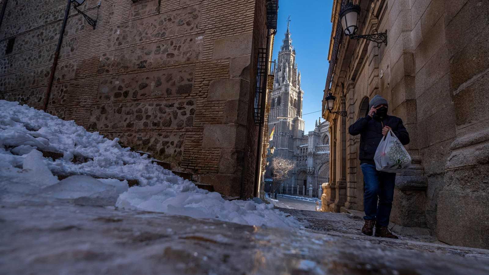 Un hombre camina junto al hielo formado en las calles de Toledo donde este martes se han registrado -10 grados bajo cero