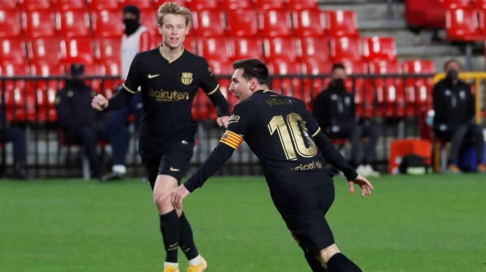 Leo Messi y Frenkie de Jong (al fondo) celebran un gol en un partido reciente del Barça.