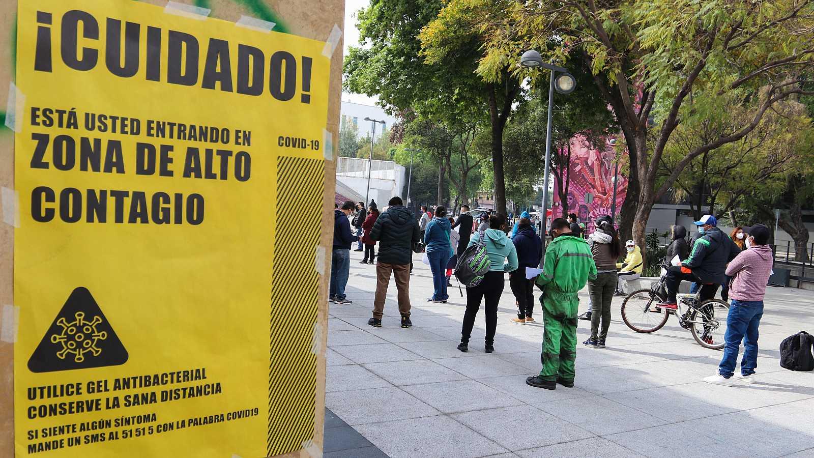 Decenas de personas esperan su turno para realizarse la prueba de la COVID-19 en Ciudad de México.