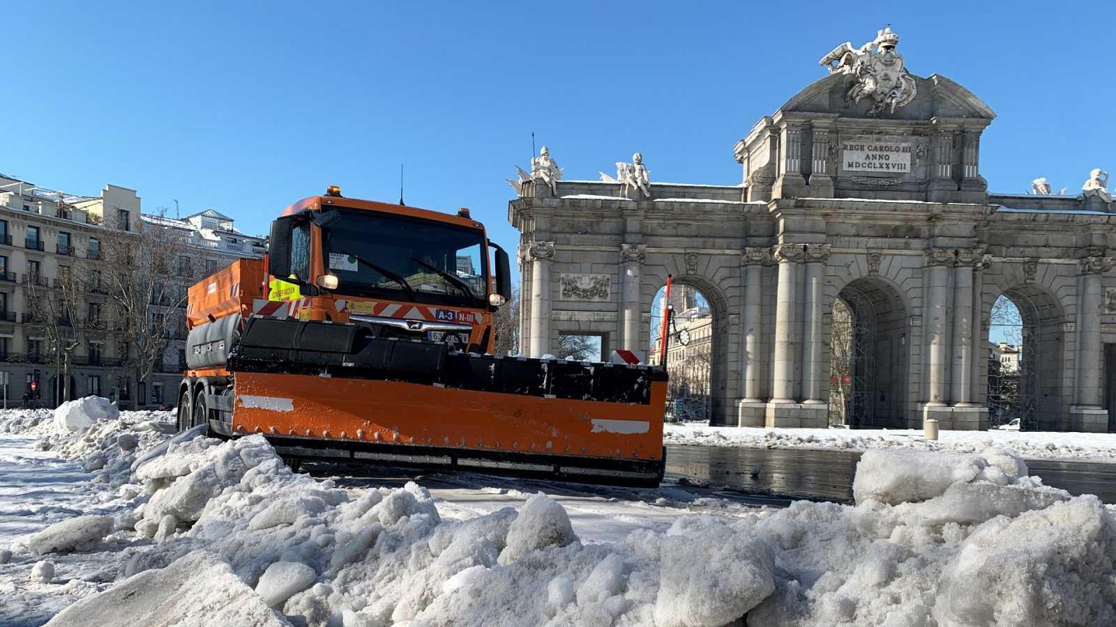 Una máquina quitanieves realiza labores de limpieza junto a la Puerta de Alcalá.
