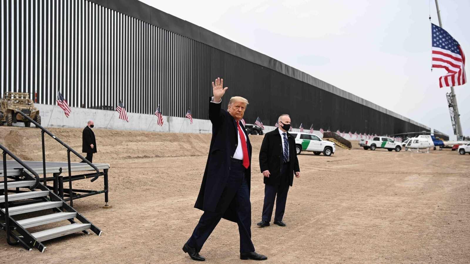 El presidente de EE.UU., Donald Trump, visita una sección del muro fronerizo con México en El Álamo, Texas, el 12 de enero. MANDEL NGAN / AFP