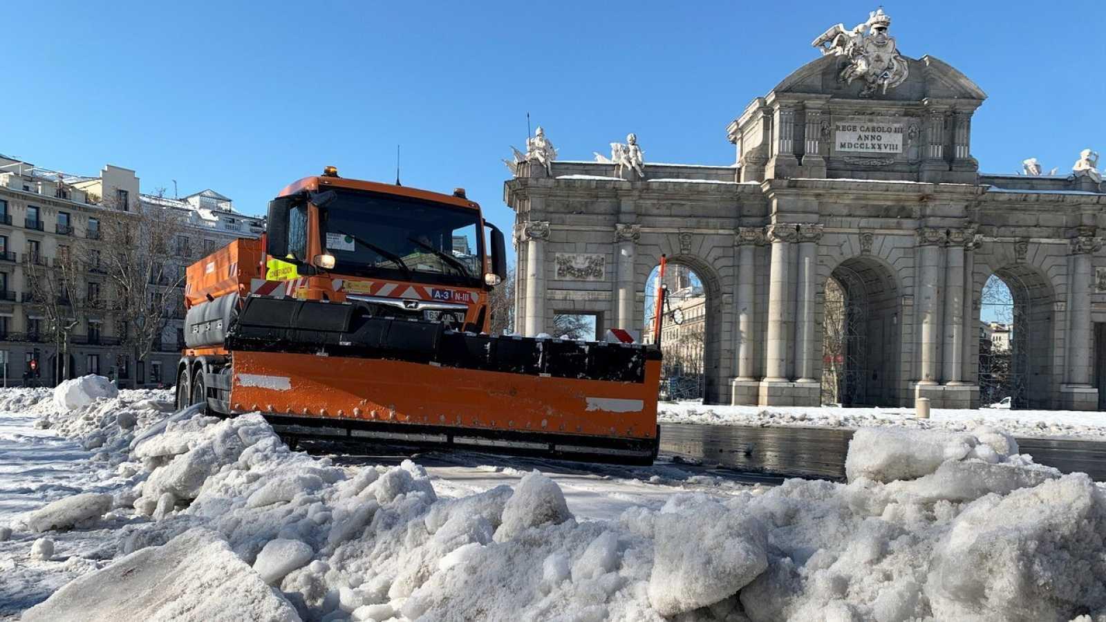 Una quitanieves retira nieve y hielo frente a la Puerta de Alcalá de Madrid, el 13 de enero. Reuters/Marco Trujillo.