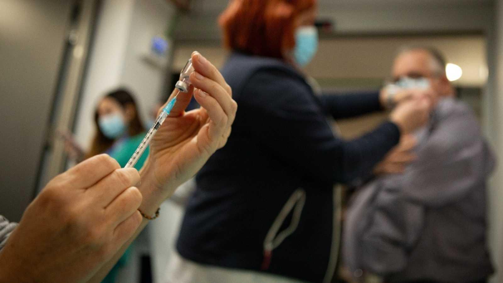 Profesionales sanitarias preparan y administran la vacuna de covid-19 a sus compañeros en el Hospital Vall d'Hebrón de Barcelona