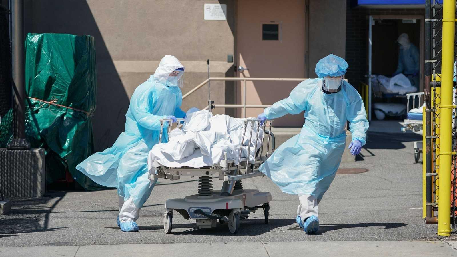 Los fallecidos son trasladados a un camión frigorífico que sirve de morgue temporal en el Hospital Wyckoff, en Nueva York, el 6 de abril de 2020.