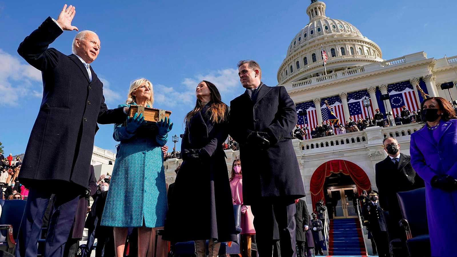 El nuevo presidente de los EE.UU. jura su cargo frente al Capitolio.
