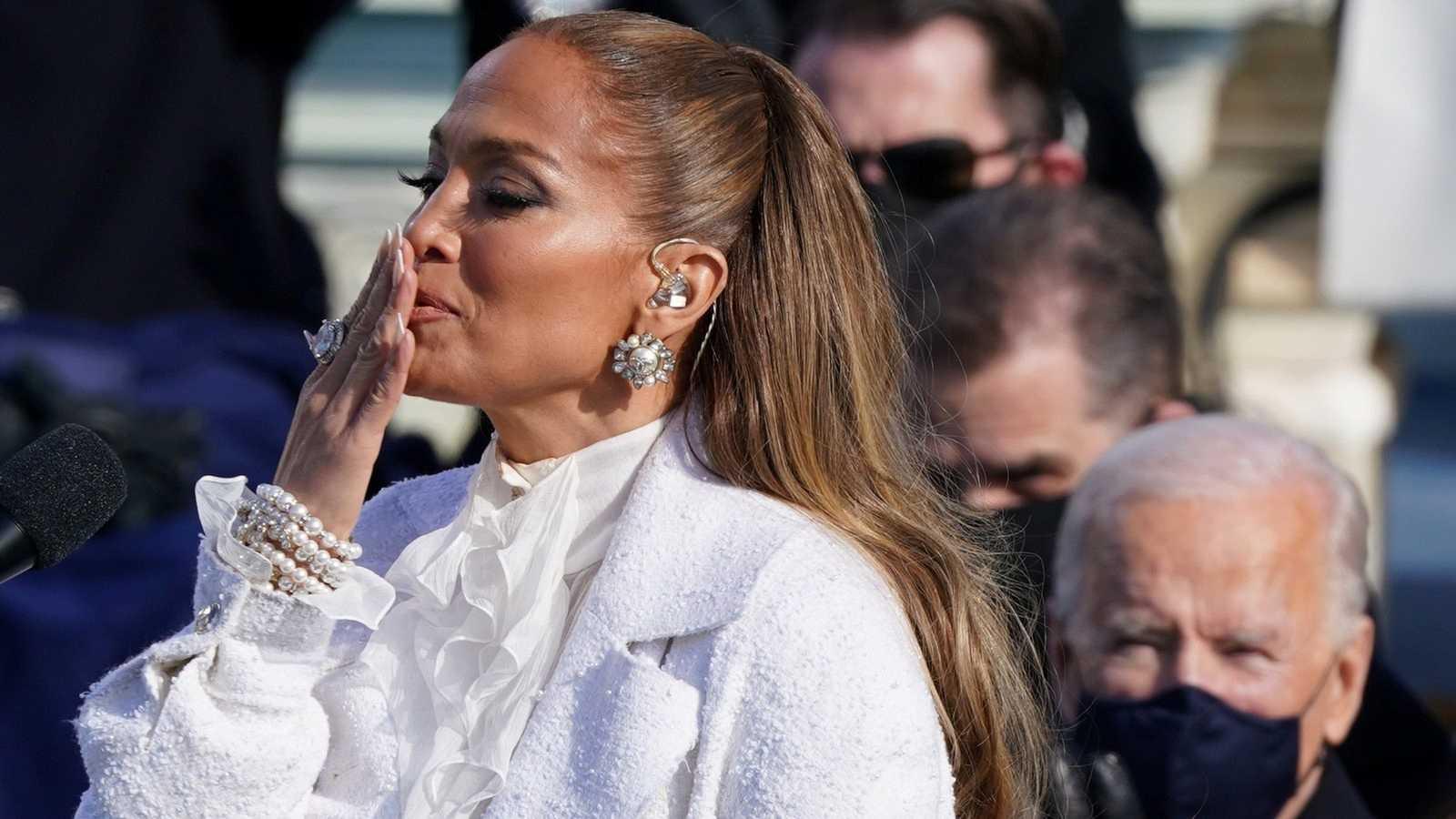 Jennifer Lopez no olvida sus raíces latinas y reivindica la igualdad sobre el escenario