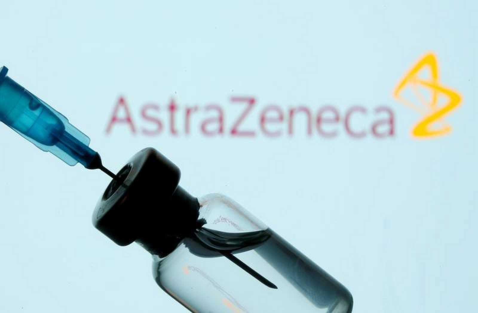 Un vial y una jeringuilla delante del logo de AstraZeneca