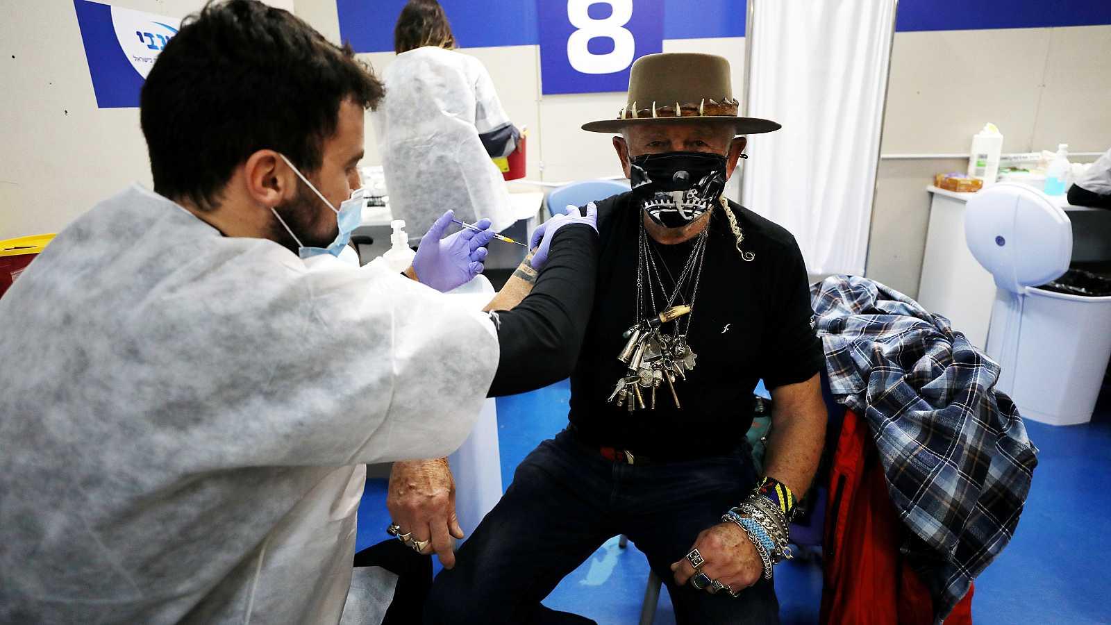 Un hombre recibe una de las dosis de Pfizer en un puesto de vacunación cercano a Tel-Aviv.