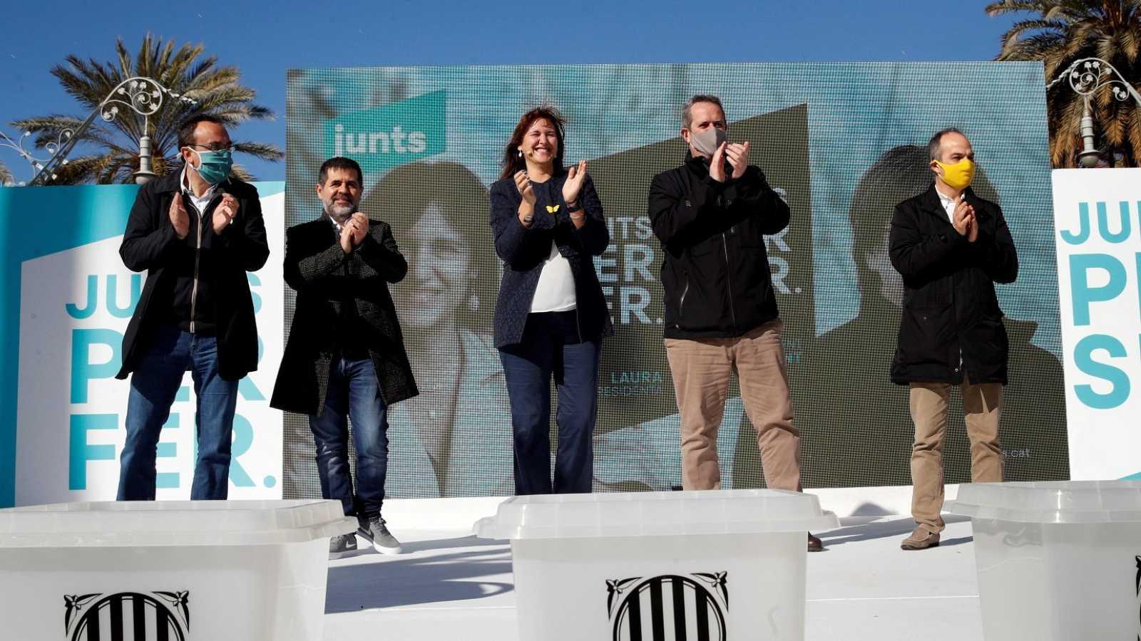 La candidata de JxCat, Laura Borràs, junto a los presos independentistas de su partido en un mitin en Barcelona.