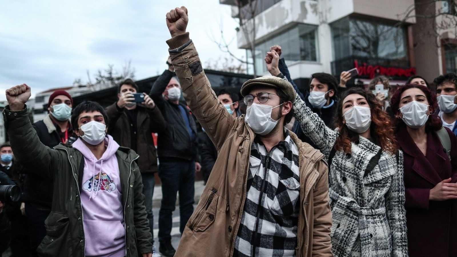 Estudiantes de la Universidad de Bogazici protestando contra el gobierno