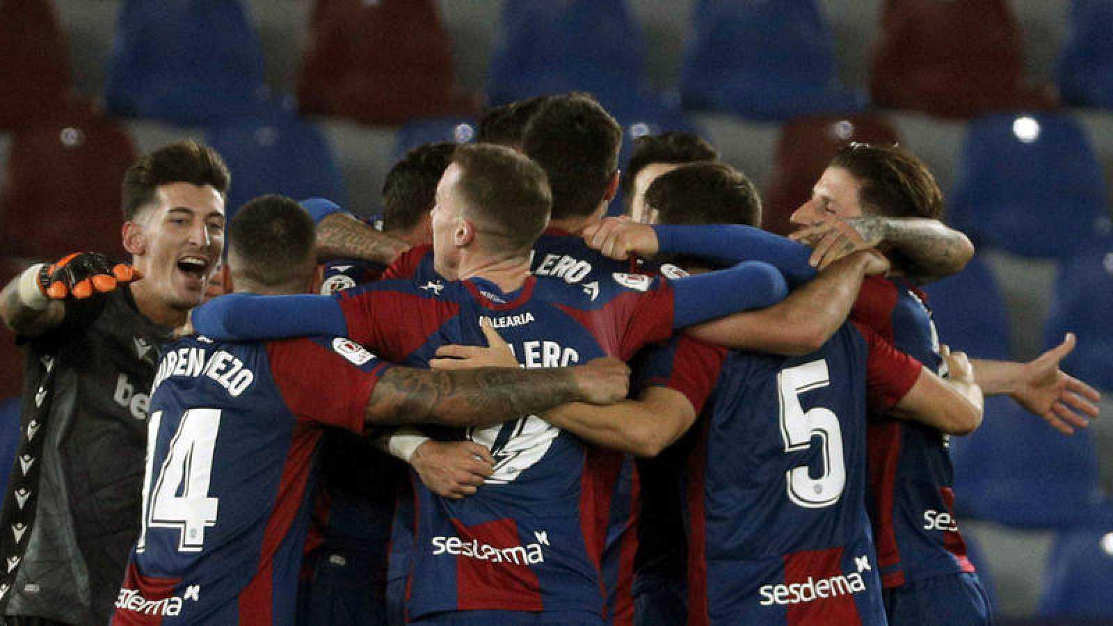 Los jugadores del Levante UD celebran su pase a las semifinales de la Copa del Rey tras derrotar al Villarreal CF