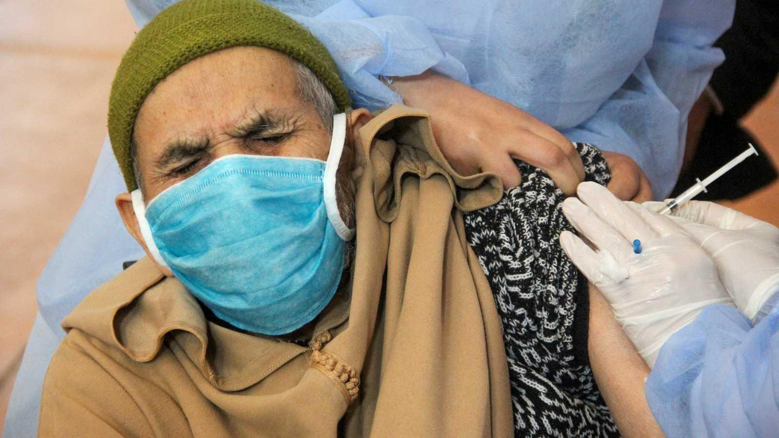 Un anciano recibe la vacuna contra la COVID-19 en Salé, Marruecos