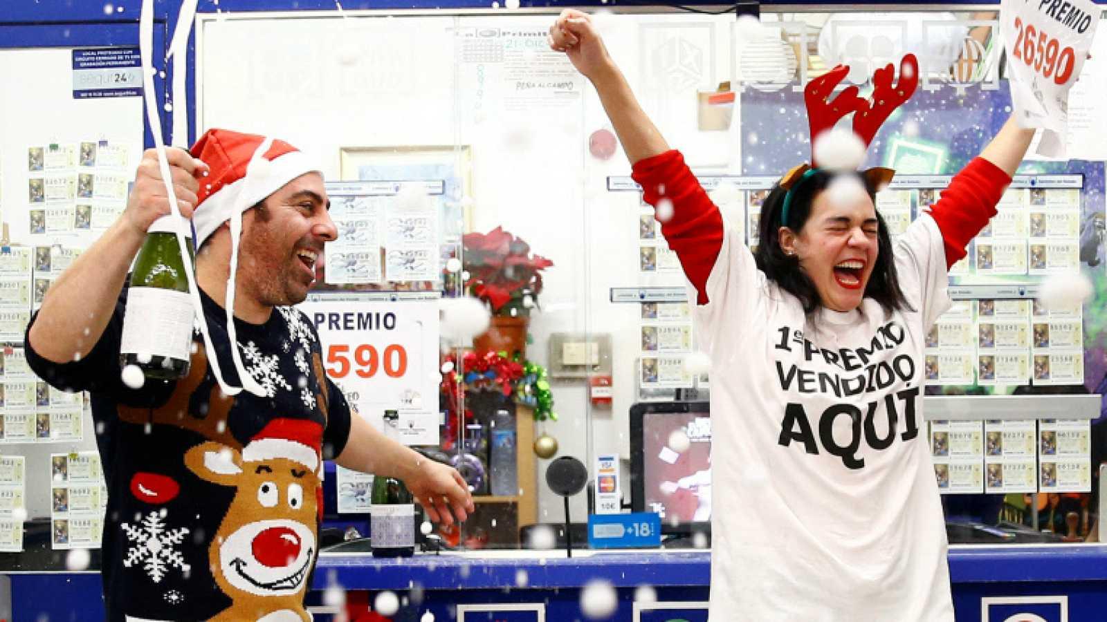 Jose Maria Nogales y Paloma Rodriguez celebran el primer premio de El Gordo de la lotería de Navidad en 2019 en Sevilla