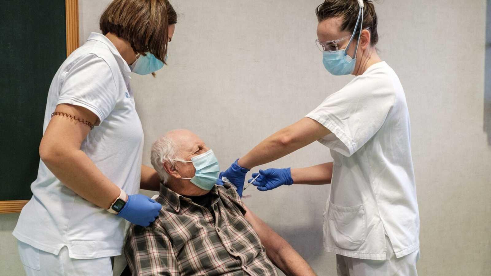 Juan Prats Planells, de 74 años, es uno de los primeros en vacunarse contra la COVID-19 en el centro de salud de Sant Antoni de Portmany, en Ibiza. EFE/Sergio G. Cañizares