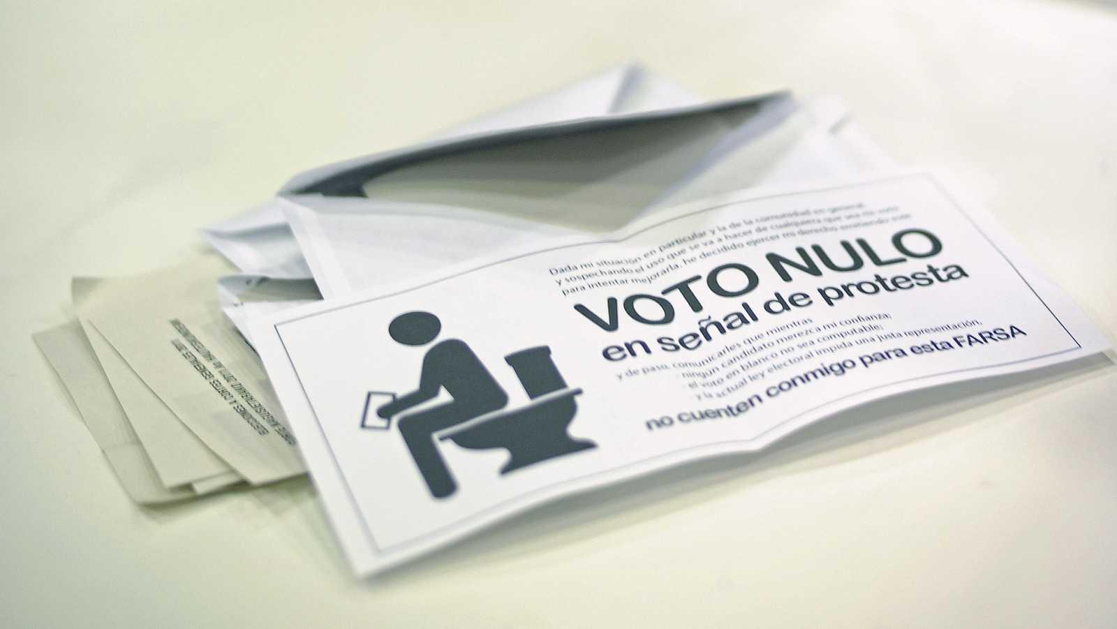 BERRIOZAR (NAVARRA), 20/11/2011.- Imagen de los votos nulos en una de las mesas electorales durante el recuento de votos de las elecciones generales, tras el cierre de los colegios electorales.