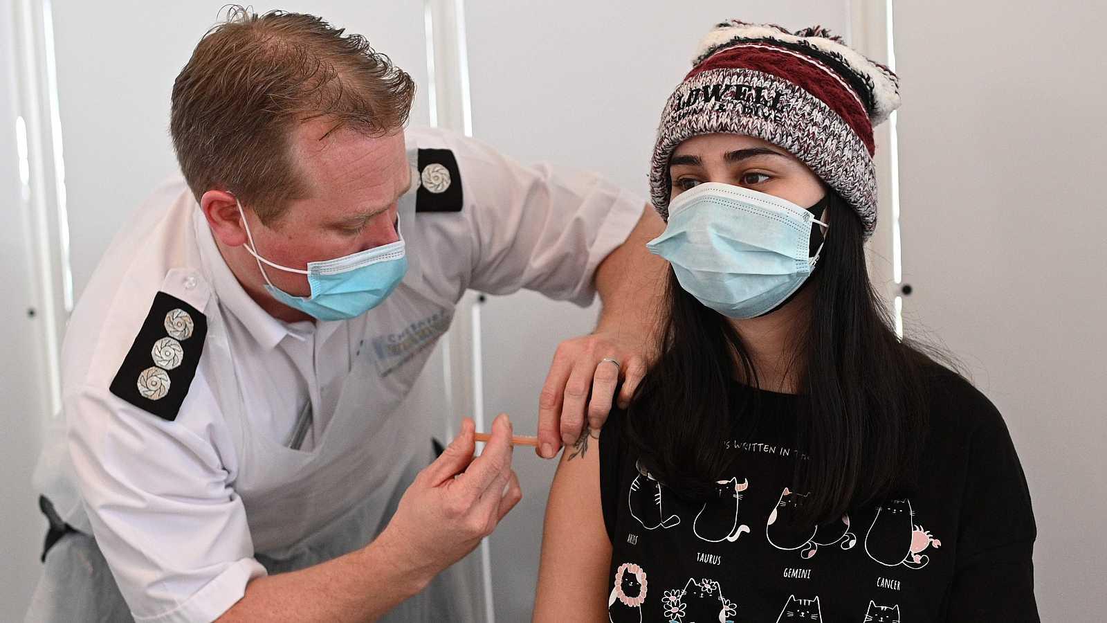 Un sanitario administra una dosis vacunal a una joven en la ciudad inglesa de Chester.