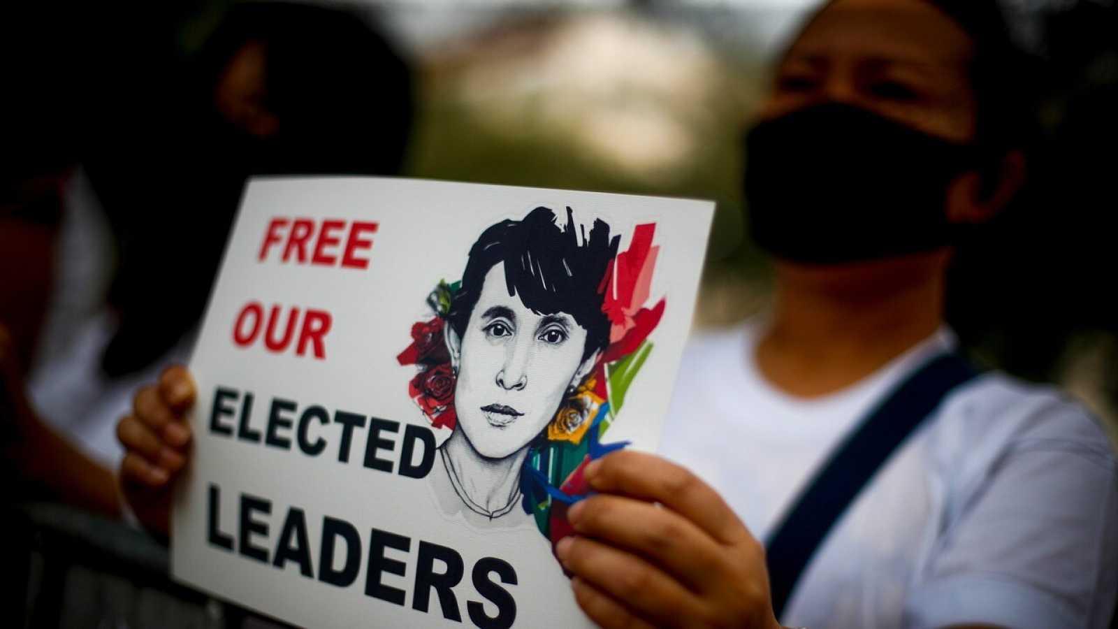 Una manifestante contra el golpe en Birmania pide la liberación de aung San Suu Kyi