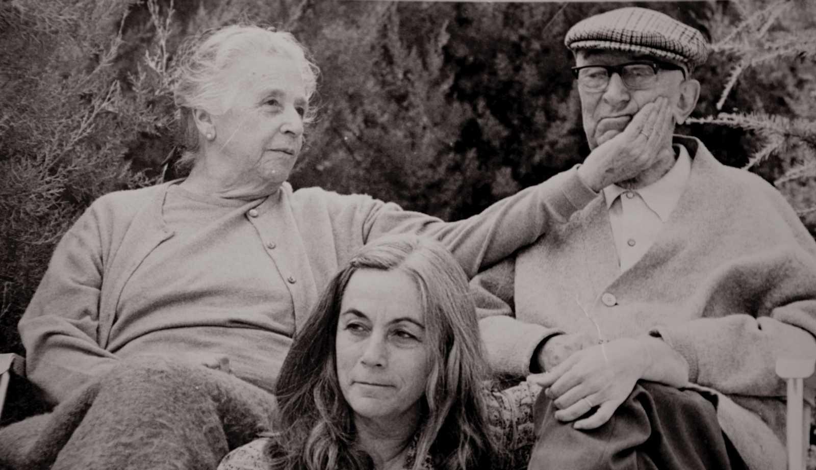 Carmen Martín Gaite con sus padres