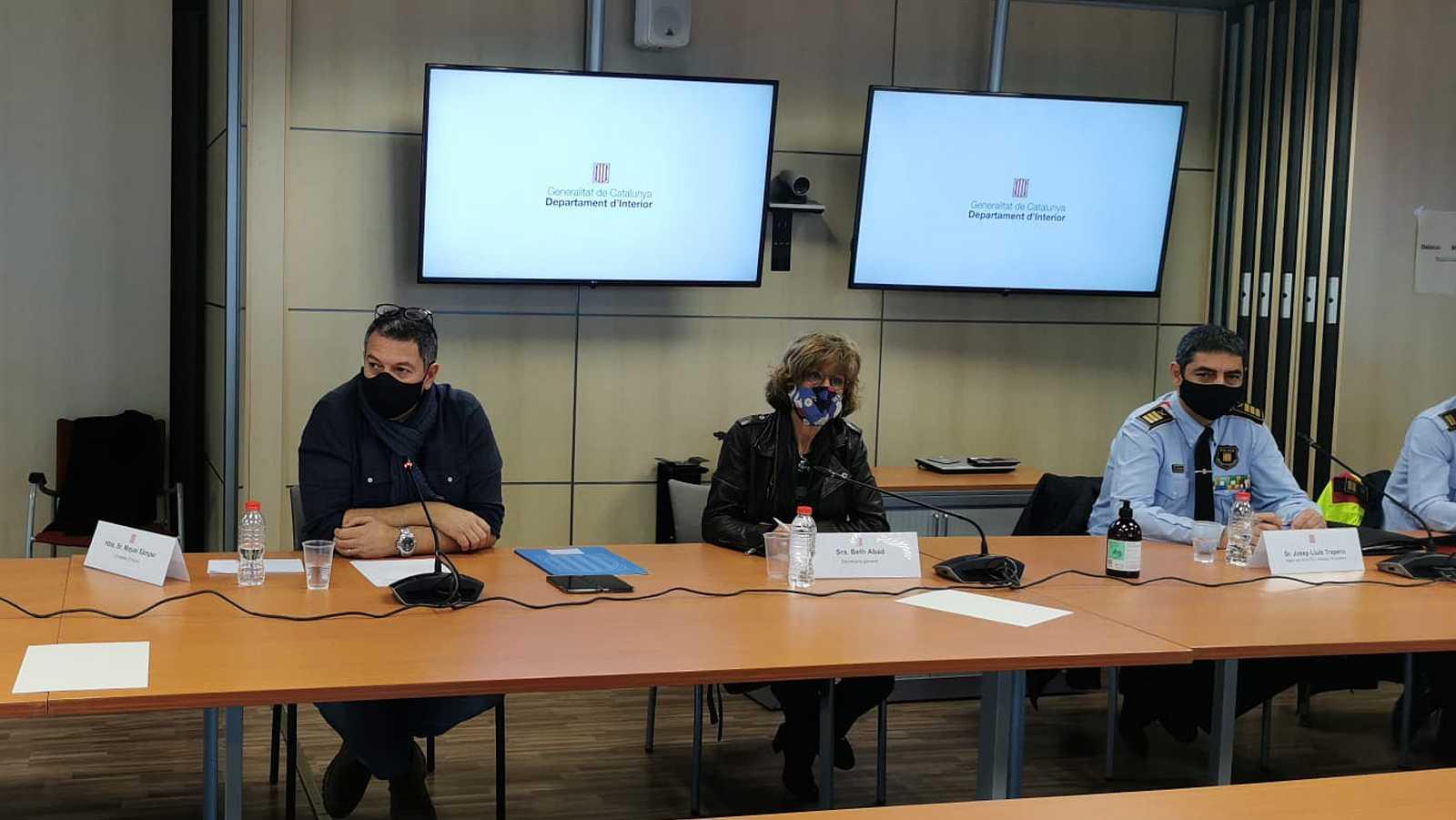 El conseller Miquel Sàmper durant la reunió amb els sindicats dels Mossos